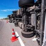 Xe tải mất lái lao sang đường khiến xe con chở 1 gia đình tông vào