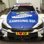 Dùng tay nhấc và đẩy xe đua BMW M4 DTM dễ dàng
