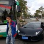 Siêu xe Lamborghini Aventador bị xe Buýt đâm do rẽ đột ngột
