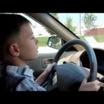 Cậu bé 9 tuổi cao 1,3 mét lái siêu xe Ferrari F430 chở em trai đi trên đường