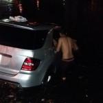 Xe sang Mercedes ML350 rơi xuống hồ trong đêm