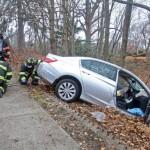 Người đàn ông đứng giữa đường may mắn thoát tai nạn xe