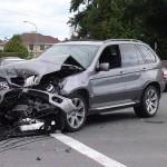 Thợ sửa xe lái xe từ gara ra tông vào xe sang BMW X5