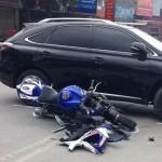 Xe sang Lexus RX đâm xe mô tô thể thao hư hỏng nặng