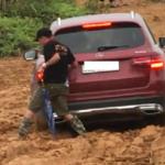 Mercedes GLC 300 Off road đường bùn lầy bị mắc kẹt