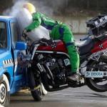 Xe mô tô phóng nhanh đâm thẳng đầu xe ô tô