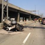 Xe tải thùng cao qua gầm cầu bật vỡ nát thùng xe