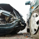Xe ô tô quay đầu bị xe máy phóng nhanh đâm đổ giữa đường