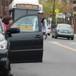 Mở cửa xe ô tô trúng xe máy, người phụ nữ bị rơi vào gầm xe Buýt
