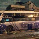 Tránh tai nạn thảm khốc, xe giường nằm lao vào nhà dân