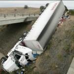 Xe tải chở hàng nặng đổ vào xe con và xe Buýt
