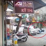 Người phụ nữ mở cửa xe ô tô làm 2 em học sinh đâm vào