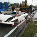 Thiếu gia lái siêu xe Lamborghini Gallardo rơi xuống rãnh nước