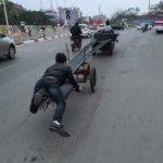 Nam thanh niên dùng chân để cân bằng xe kéo