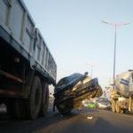 Xe tải kéo xe con mắc vào lốp 4 dặm không biết
