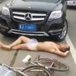 Người đàn ông ăn vạ lao vào xe Buýt rồi bị ô tô tông thật