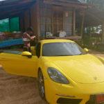 Võ sĩ Muay Thái mua Porsche 718 Cayman đỗ cạnh nhà tồi tàn ở quê nhà