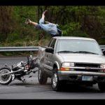 Kinh hoàng 2 xe mô tô đua với nhau tông vào ô tô tử nạn