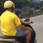 Người đàn ông bỏ 2 tay để châm và hút thuốc giữa đường