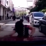 Người phụ nữ chạy theo xe ô tô giả ngã nhiều lần để đòi tiền