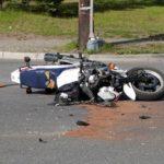 Siêu xe mô tô phóng tốc độ cực nhanh đâm ngang vào ô tô sang đường