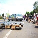 Người đi xe máy sang đường bị ô tô đâm sau đó xe máy khác chèn qua