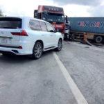 Xe sang Lexus LX570 va chạm với xe tải ở Hải Dương