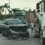 Lexus LX570 nát đầu vì tông vào xe bồn xi măng