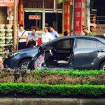 Người đàn ông mở cửa xe bị xe mô tô tông mạnh văng xa