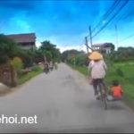 Video mẹ chở con trong sọt xe đạp thu mua sắt vụn gây xúc động mạnh