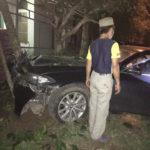 BMW 520i mất lái tông vào cây ở Quảng Ninh