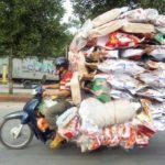 Xe đạp chở hàng cồng kềnh như xe tải con ở Việt Nam