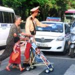 Những hành động đẹp của Cảnh sát giao thông Việt Nam gây xúc động