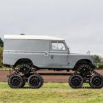 Land Rover Series II dùng bánh xích cao lênh khênh trên đường