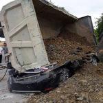 Thương tâm xe tải chở đá đổ đè nát xe ô tô con