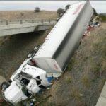 Xe tải đâm đuôi xe Container rồi tự bay xuống thành cầu