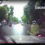 Xe máy bất ngờ tạt đầu xe ô tô bị ngã trên phố Hà Nội
