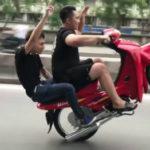 Biker Nhữ Quốc Tuấn bốc đầu xe Dream và cub giữa phố Hà Nội