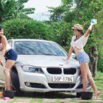 Hai chân dài xinh đẹp rửa xe sang ở Sài Gòn