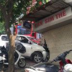 Xe Mitsubishi húc đổ tường cửa hàng ở Hà Nội