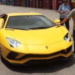 Nhiều người đua nhau chụp ảnh tạo dáng bên xe Lamborghini Aventador S