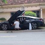 Siêu xe BMW i8 làm đẹp ngay trên vỉa hè