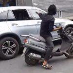 Nam thanh niên cầm mã tấu chặt gương xe Mercedes, Audi trên đường