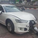 Audi A6 lao lên vỉa hè đâm cột đèn đổ vào người đi đường