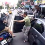 Người đi xe ô tô mở cửa khiến chị đi xe đạp đang dùng điện thoại ngã