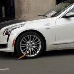 Cadillac CT6 Premium Luxury bị khóa bánh vì đỗ xe lâu ở sân bay