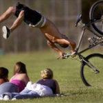 Khó đỡ những vụ tai nạn xe đạp gây buồn cười cho người xem