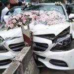 Xe cưới Mercedes C300 đâm vào giữa dải phân cách