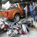 Video xe Ford Ranger mất lái lao lên hè chèn hỏng chục xe máy