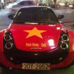 Xe Smart Roadster dán đề can cổ vũ Việt Nam cực đẹp trên phố